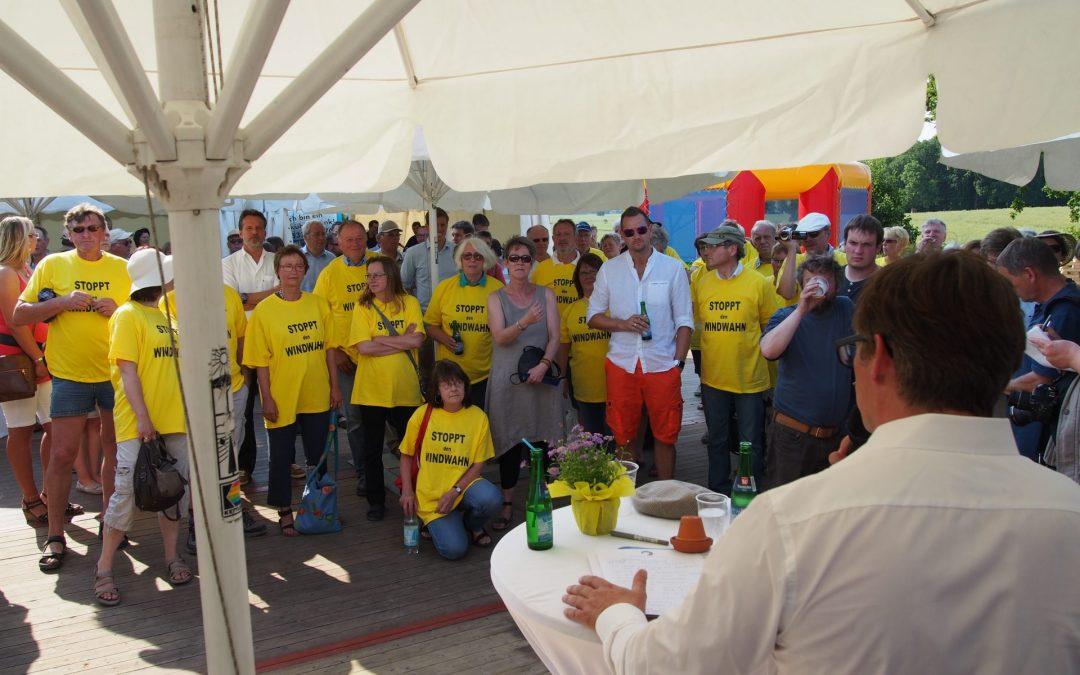 Unter starkem Protest hielt Denker & Wulf Vorstandsvorsitzender Torsten Levsen seine Eröffnungsrede im Windpark Altenhof-Holtsee in Schleswig-Holstein